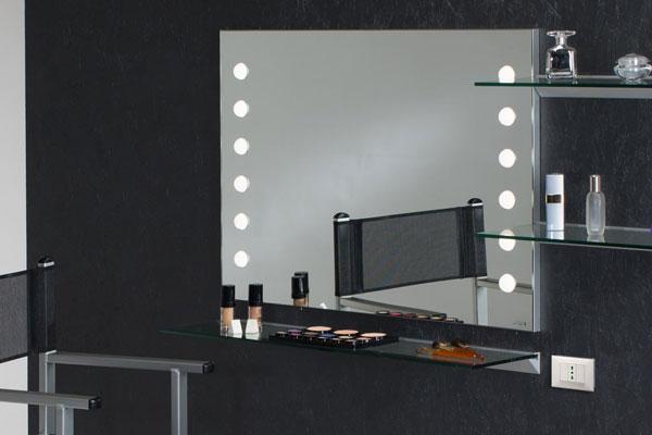 Postazione trucco specchi con le luci per la vanity table for Specchio da tavolo con luce ikea