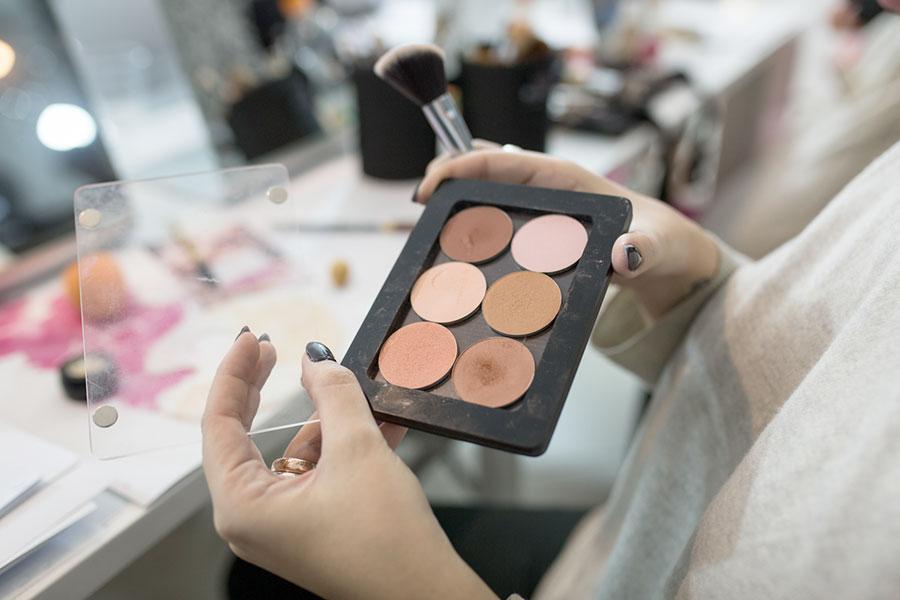 come-aprire-uno-studio-make-up-prodotti-specchi-trucco-vor-make-up-2