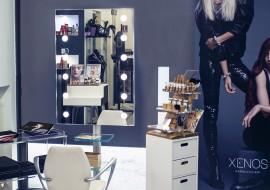 L'angolo trucco nel salone di parrucchieri: espositore make-up e promozione del servizio