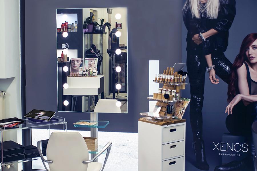 Come-allestire-un-angolo-trucco-nel-salone-di-parrucchieri,-espositori-make-up,-specchiere,-specchi-illuminati-su-misura-e-sedie-trucco-professionali-900-600