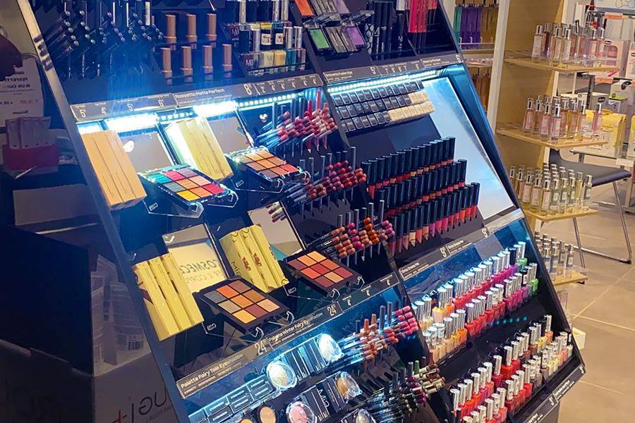 Make-up-brand-in-farmacia-un-corner-trucco-per-attrarre-pubblico